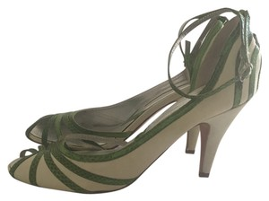 C Label white and green Pumps