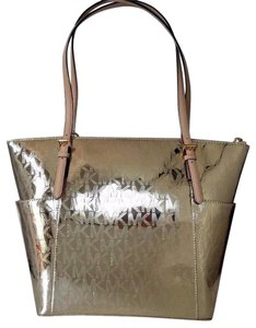 MICHAEL Michael Kors Jet Set Ew Tz Signature Patent Leatehr Light Gold Tote in Pale Gold