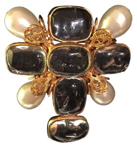 Chanel Chanel pearl and gold plate Gripoix glass brooch