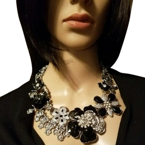 White House | Black Market White House Black Market flower necklace