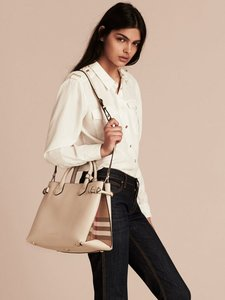 Burberry Tote in off white
