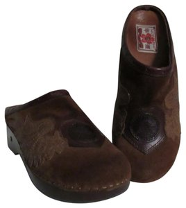 Lucky Brand Peace Sign Wings Hearts brown Mules