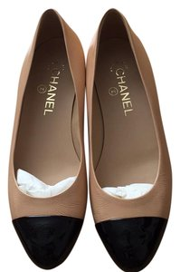 Chanel beige/black Flats