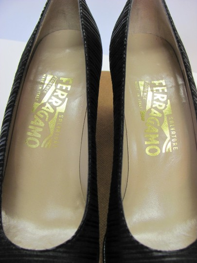 Salvatore Ferragamo Size 8.00 Aaaa Width Leather And Fabric Very Good Condition Black Pumps Image 5