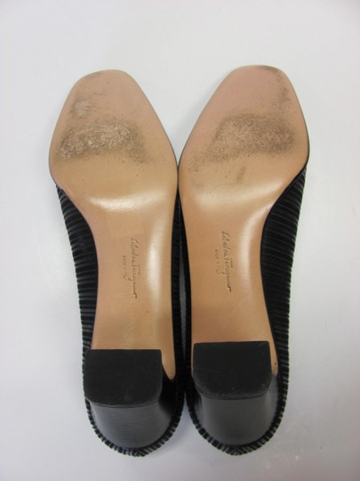 Salvatore Ferragamo Size 8.00 Aaaa Width Leather And Fabric Very Good Condition Black Pumps Image 8
