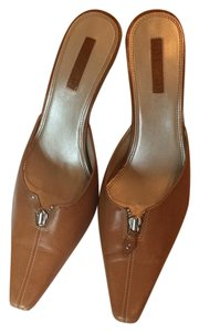 Unisa Tan Pumps
