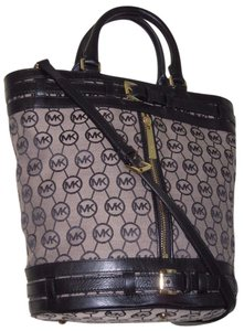 Michael Kors Mk Logo Logo Mk Kingsbury Bucket Bucket Tote in BEIGE BLACK LEATHER/ GOLD HARDWARE