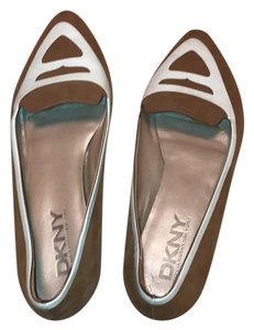 DKNY tan and white Flats