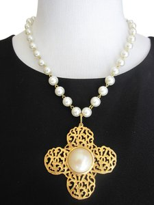 Chanel AUTHENTIC VINTAGE CHANEL IMITATION PEARL WITH GOLD PENDANT SIGNED SEASON 25 EXCELLENT CONDITION