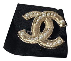Chanel pearl gold cc logo brooch