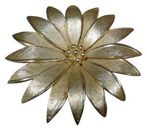 Giovanni Beautiful Daisy Brooch