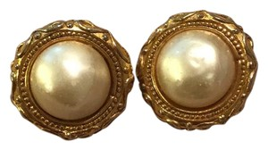 Chanel Vintage gold tone faux pearl clip On