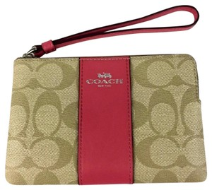 27b56a91194 Coach COACH CORNER ZIP WRISTLET IN OUTLINE SIGNATURE C KHAKI STRAWBERRY TAN