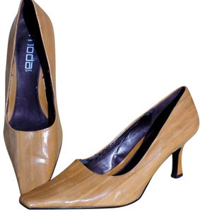 Moda Spana Classic Boho Faux Wood Brown Pumps