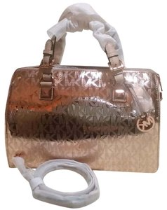 Michael Kors Signature Patent Pet And Smoke Free 35s6mgys2z Satchel in Rose gold