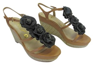Unisa Size .50 M Flowers Very Good Condition Tan, Black, Neutral Wedges