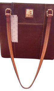 Dooney & Bourke Tote in Bordeaux