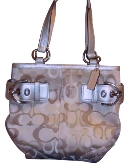 Preload https://item5.tradesy.com/images/coach-gold-and-cream-hobo-bag-207064-0-0.jpg?width=440&height=440