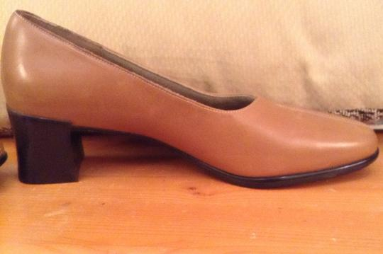 Munro American Leather Light Brown Pumps