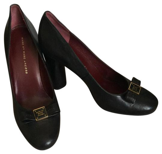 Marc by Marc Jacobs Black with gold accent Logo Pumps