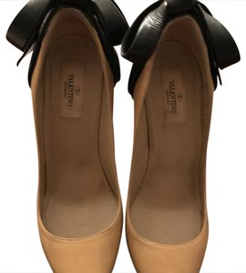 Valentino Valentino.classic Leather Sales nude or beige. Pumps