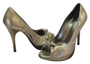 Carlos by Carlos Santana Size 7.00 M Leather Very Condition Gold Pumps