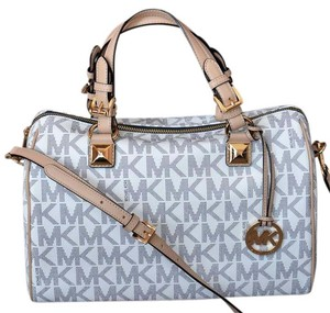 Michael Kors Signature Patent Pet And Smoke Free 35s6mgys2z Satchel in Vanilla Navy