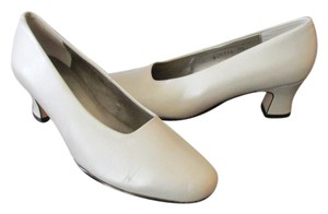 Ros Hommerson Comfy Classic Dressy Or Casual Excellent Vintage Warm White Special Occasion Pumps