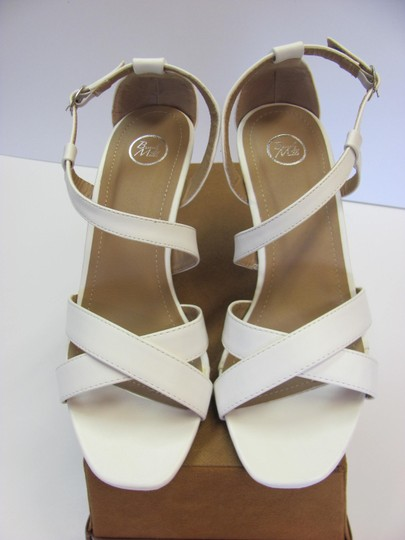 Beverly Mills Size 8.00 M Very Good Condition White, Neutral Wedges Image 3