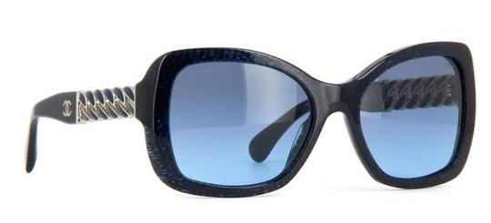 Preload https://img-static.tradesy.com/item/20772234/chanel-blue-silver-navy-5305-square-chain-link-quilted-cc-logo-wayfarer-classic-tweed-sunglasses-0-0-540-540.jpg