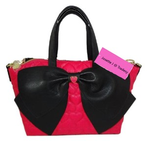 Betsey Johnson Cross Body Top Zip Closure Fuchsia Black Bow Satchel in fuchsia/black bow