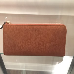 Gucci zip around leather