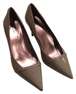 Tahari gray taupe Pumps
