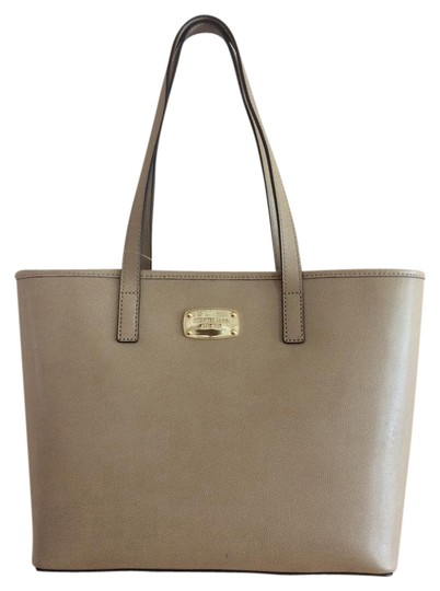 Preload https://item2.tradesy.com/images/michael-kors-jet-set-small-travel-duck-camel-leather-tote-20820501-0-1.jpg?width=440&height=440