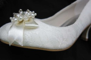 Ivory Lace ~ Pearls ~ Rhinestones Pumps Size US 6.5 Regular (M, B)