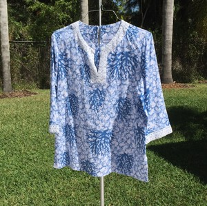 Alfred Dunner Top tones of blue and white with white lace/embroidery