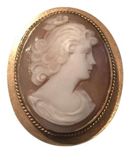 Cameo brooch in 14k gold. beautiful delicate statement item. Can be worn as necklace or as a brooch. Size: length 1