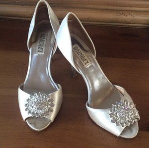 Badgley Mischka White Satin Heel Formal Size US 6.5 Regular (M, B)