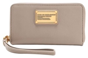 Marc by Marc Jacobs Wristlet in concrete