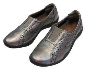 Hush Puppies Very Good Condition Size 8.50 M GRAYISH/SILVER Flats