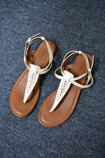 G.H. Bass & Co. T Strap Flats Leather White Sandals Image 9