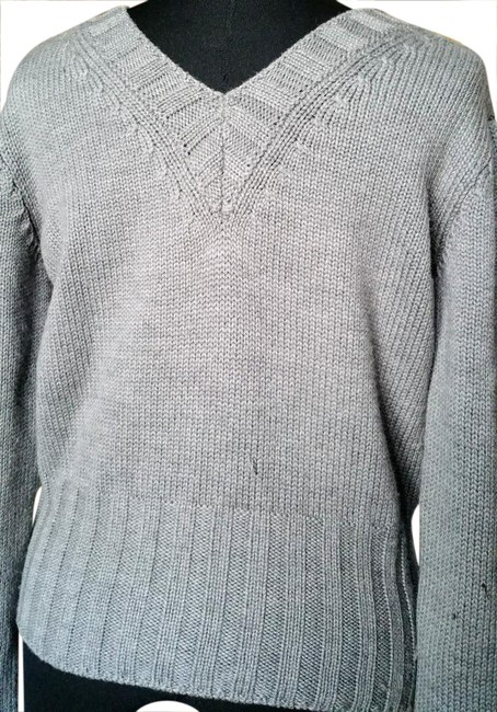 Preload https://img-static.tradesy.com/item/20883373/dolce-and-gabbana-grey-cropped-long-sleeve-double-v-neck-sweaterpullover-size-10-m-0-1-650-650.jpg