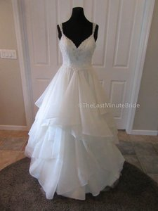 Essense of Australia Ivory Lace & Tulle D2073 Feminine Wedding Dress Size 6 (S)