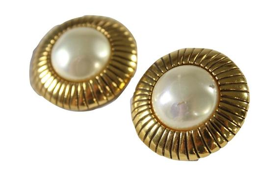 Preload https://img-static.tradesy.com/item/20887299/chanel-gold-ivory-vintage-plated-faux-mabe-pearl-clip-on-earrings-0-0-540-540.jpg