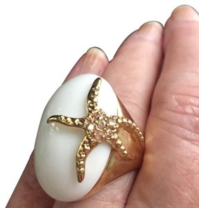 Summer Stunner! White dome cocktail ring with gold starfish accent. size 7