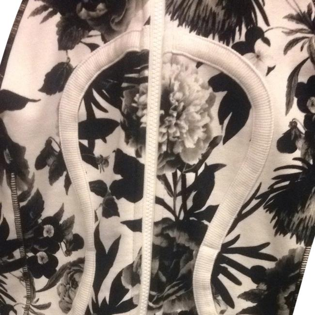 Item - Black and White Flower Pattern Activewear Outerwear Size 6 (S, 28)