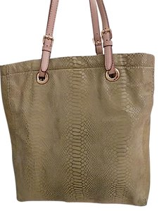 351f89ac84e3 Michael Kors Green Bags - Up to 90% off at Tradesy (Page 2)