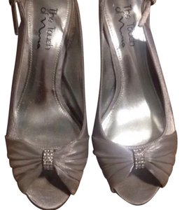 Touch of Nina silver Pumps
