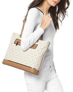 cd26e29d9675 Michael Kors Vanilla Totes - Up to 70% off at Tradesy (Page 3)
