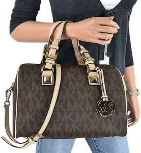 Michael Kors Signature Patent Pet And Smoke Free 35s6mgys2z Satchel in Brown Signature